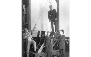 Σκηνή από την παγκόσμια πρώτη της «Οπερας της πεντάρας» των Μπρεχτ και Βάιλ στο Βερολίνο, 1928.