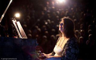 Η πιανίστα Ντόρα Μπακοπούλου, καλλιτεχνική διευθύντρια του Μουσικού Φεστιβάλ Αίγινας, συμμετέχει στη συναυλία της Κυριακής.