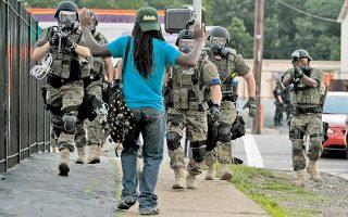 Τον γύρο του Διαδικτύου έκανε η φωτογραφία αυτή, προκαλώντας δυσμενή σχόλια για τον βαρύ πολεμικό εξοπλισμό μιας αστικής αστυνομικής δύναμης, όπως αυτής του Φέργκιουσον.