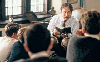 Ο Ρόμπιν Γουίλιαμς στον ρόλο του καθηγητή Τζον Κίτινγκ στον «Κύκλο των χαμένων ποιητών» του Πίτερ Γουίαρ.