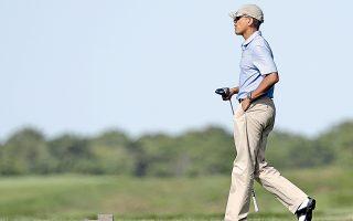 Στο κοσμοπολίτικο θέρετρο Μάρθας Βίνγιαρντ της Μασαχουσέτης περνάει τις διακοπές του ο Αμερικανός πρόεδρος Μπαράκ Ομπάμα παίζοντας γκολφ και κλείνοντας τα αυτιά στους επικριτές του.
