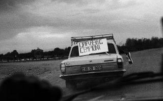 «Καραμπάγκ πρωταθλήτρια» αναγράφει το πανό του οπαδού της πρωταθλήτριας Αζερμπαϊτζάν. Οταν η εντελώς άγνωστη ομάδα Καραμπάγκ Αγκντάμ νίκησε στα προκριματικά του Τσάμπιονς Λιγκ την αυστριακή Σάλτσμπουργκ πριν από δύο εβδομάδες, η Ευρώπη ανακάλυψε μια εντυπωσιακή ιστορία που κρύβεται πίσω από την προσφυγική ομάδα.