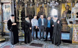 Ο Προηγούμενος της Μονής Ιβήρων αρχιμανδρίτης Βασίλειος Γοντικάκης ξεναγεί στο Καθολικό τον κ. Αλέξη Τσίπρα.