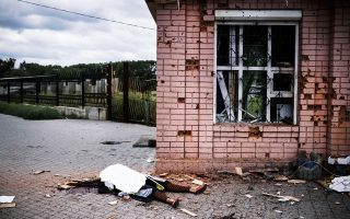 Σορός κατοίκου της Μακιγίφκα κείται στο έδαφος, μετά τον χθεσινό, σφοδρό βομβαρδισμό από τον στρατό του Κιέβου.