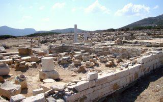 Μερική άποψη του αρχαιολογικού χώρου του Δεσποτικού, κοντά στην Αντίπαρο. Οι ανασκαφικές εργασίες έχουν δώσει πολύτιμες πληροφορίες. Κάτω, άκρο αρχαϊκού κούρου και τμήμα γοργονείου από τις ανασκαφές στη θέση Μάντρα.