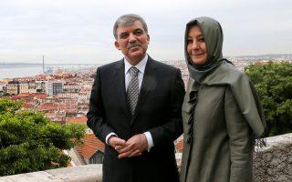 Ο απερχόμενος Τούρκος πρόεδρος Αμπντουλάχ Γκιουλ και η σύζυγός του Χαϊρουνισά Γκιουλ φωτογραφίζονται κατά τη διάρκεια επίσκεψής τους στη Λισσαβώνα.