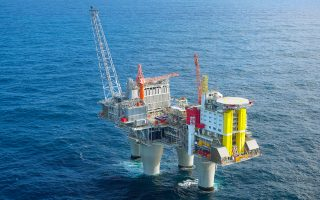Oι έρευνες της Apache στη βορειοδυτική ακτή της Αυστραλίας εστίαζαν στο φυσικό αέριο. Ομως, τα γεωτρύπανα της αμερικανικής εταιρείας «χτύπησαν» ένα από τα μεγαλύτερα κοιτάσματα πετρελαίου των τελευταίων ετών στην περιοχή, που μπορεί να προσφέρει στην Αυστραλία μία ακόμα ενεργειακή περιφέρεια.