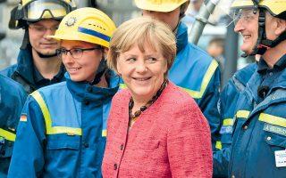 Η Αγκελα Μέρκελ επισκέπτεται μέλη γερμανικής ομοσπονδιακής υπηρεσίας διάσωσης στην πάλαι ποτέ πρωτεύουσα Βόννη.