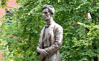 Το άγαλμα του Aβραάμ Λίνκολν, στο Μάντσεστερ, «δανείζεται» τη φωνή του Σκωτσέζου ηθοποιού Tom Conti. Τον δίλεπτο μονόλογό του υπογράφει o Gary Younge.