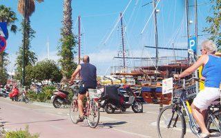 Ποδηλατόδρομος στην Κω. Πολλές πόλεις της ελληνικής περιφέρειας έχουν υιοθετήσει πολιτική φιλική προς το ποδήλατο και τους χρήστες του.