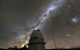 Η σπείρα του Γαλαξία μας πάνω από το αστεροσκοπείο La Silla της Χιλής. Σκόπιμα οι αγγλόφωνοι τον αποκαλούν Milky Way.