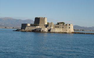 Η θέα προς το Ναύπλιο και το Παλαμήδι αποζημιώνει τους επισκέπτες.