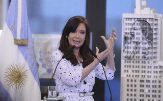 Η πρόεδρος της Αργεντινής, Κριστίνα Φερνάντες Κίρχνερ, εμμένει στη θέση της ότι δεν μπορεί να καλύψει τις υποχρεώσεις της, χαρακτηρίζοντας τα επενδυτικά κεφάλαια «αρπακτικά», δεδομένου ότι δεν συναινούν στην ανταλλαγή των ομολόγων τους με τα νεότερα χαμηλότερης αξίας.