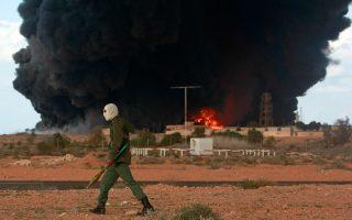 Οι ένοπλες συγκρούσεις στην Ουκρανία, στο Ιράκ και στη Λιβύη δεν επηρεάζουν τις τιμές του πετρελαίου. Ακόμα και όταν στα τέλη Ιουλίου στην Τρίπολη της Λιβύης αντιμαχόμενες παραστρατιωτικές οργανώσεις προκάλεσαν πυρκαγιά σε τεράστιες δεξαμενές πετρελαίου, η διεθνής τιμή του πετρελαίου επηρεάστηκε μόνο για μικρό χρονικό διάστημα. Αιτία, σύμφωνα με τους αναλυτές, η ανισορροπία που υπάρχει μεταξύ προσφοράς και ζήτησης.