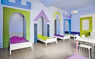 Πάνω, το Κέντρο Αποκατάστασης Παίδων στη Βούλα «μοιάζει με το παιδικό δωμάτιο στο σπίτι των παιδιών και όχι με θάλαμο νοσηλείας» (έργο των Schema Architects).