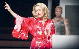 Η Γκίλιαν Αντερσον ως Μπλανς Ντιμπουά, στη νέα παραγωγή του «Λεωφορείον ο Πόθος», που ανέβηκε στο Young Vic, στο Λονδίνο.