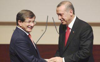 Η επιλογή του Αχμέτ Νταβούτογλου στην ηγεσία του κυβερνώντος κόμματος από τον Ταγίπ Ερντογάν προκάλεσε τη δυσαρέσκεια του απερχόμενου προέδρου Αμπντουλάχ Γκιουλ.