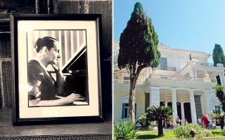 Η Τζίνα Μπαχάουερ υπήρξε κορυφαία μορφή. Φωτογραφία της στο Ωδείον Αθηνών και, δεξιά, σκίτσο της Ελλης Σολομωνίδη-Μπαλάνου (1975). Το Αχίλλειον, στην Κέρκυρα, το παλάτι της Αυτοκράτειρας Σίσσυς, αποτελεί ιδανικό τόπο για συναυλίες.
