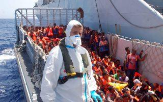 Παράτυποι μετανάστες περιμένουν να επιβιβαστούν στο πλοίο San Giusto του ιταλικού Πολεμικού Ναυτικού, ανοιχτά της νήσου Λαμπεντούζα. Ο υπουργός Εσωτερικών Αντζελίνο Αλφάνο ανανέωσε τις εκκλήσεις του προς την Ε.Ε. να συνδράμει τη χώρα του, η οποία φέτος έχει υποδεχθεί 100.000 πρόσφυγες. Αύριο ο Αλφάνο αναμένεται να συναντηθεί με την αρμόδια επίτροπο Σεσίλια Μάλμστρομ, η οποία ευχαρίστησε χθες τη Ρώμη για τις τεράστιες προσπάθειές της.