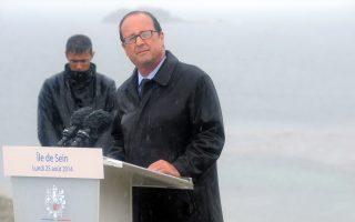 «Επιμένει παρά τις αντιξοότητες», είναι το μήνυμα που αναμφίβολα ήθελε να περάσει το επιτελείο του Φρανσουά Ολάντ, αφήνοντας τον Γάλλο πρόεδρο χωρίς ομπρέλα στη Βρετάνη, την ημέρα που εκείνος αποφάσισε να προχωρήσει σε εσπευσμένο ανασχηματισμό, ώστε να απαλλάξει την κυβέρνησή του απ' όσους ζητούν αναθεώρηση της πολιτικής λιτότητας. Αντιθέτως, οι διαφωνούντες, με επικεφαλής τον αποπεμφθέντα υπουργό Οικονομίας, Αρνό Μοντεμπούρ, που επιτέθηκε κατά της πολιτικής της Γερμανίδας καγκελαρίου, προχώρησαν στη διαπίστωση ότι η γαλλική κυβέρνηση τα έχει κάνει πασιφανώς μούσκεμα.