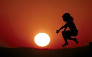 Bουτιά με φόντο το ηλιοβασίλεμα στο Λαγονήσι, Kυριακή 24 Aυγούστου 2014 (AΠE - MΠE/ Γιάννης Kολεσίδης).