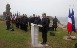 O Φρανσουά Ολάντ, χθες, στη νήσο Ντε Σεν της Βρετάνης. Νωρίτερα, είχε ζητήσει ανασχηματισμό από τον Βαλς.