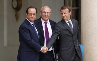 «Η Ευρώπη χρειάζεται όσο ποτέ άλλοτε τη γαλλογερμανική συνεννόηση», δήλωσε χθες ο Γάλλος πρωθυπουργός Μανουέλ Βαλς, απαντώντας στις επικρίσεις του αποπεμφθέντος υπουργού Εθνικής Οικονομίας, Αρνό Μοντεμπούρ, κατά του Βερολίνου. Στη φωτογραφία, ο Γάλλος πρόεδρος Φρανσουά Ολάντ σφίγγει το χέρι του διαδόχου του Μοντεμπούρ, Εμανουέλ Μακρόν, μετά την πρώτη συνεδρίαση του νέου υπουργικού συμβουλίου.