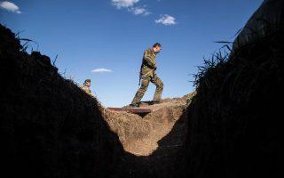 Ενας Ουκρανός στρατιώτης στο Λουγκάνσκ κατά τη διάρκεια επίθεσης.