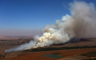 Καπνός στην Κουνέιτρα, το μόνο συνοριακό πέρασμα μεταξύ Συρίας - Ισραήλ, που καταλήφθηκε από τζιχαντιστές.