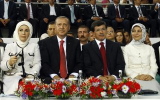 Η Εμινέ Ερντογάν, ο εντολοδόχος πρόεδρος και σύζυγός της Ταγίπ και το ζεύγος Νταβούτογλου, χθες στην Αγκυρα.