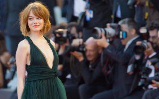 Η χαριτωμένη Εμα Στόουν ποζάρει στην πρεμιέρα του «Birdman», με το οποίο άνοιξε η φετινή Μπιενάλε της Βενετίας.
