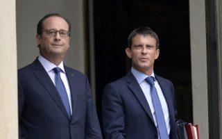Στην πρώτη του συνέντευξη ως υπουργού Οικονομίας, ο Εμανουέλ Μακρόν έθιξε ένα θέμα ιδιαίτερα ευαίσθητο στη Γαλλία: την εβδομάδα των 35 ωρών εργασίας. «Ισως να μπορούσε να αντικατασταθεί το 35ωρο, εάν συγκατένευαν συνδικάτα και εργαζόμενοι», δήλωσε ο 37χρονος υπουργός. Στη φωτογραφία, ενώ εξέρχεται του προεδρικού μεγάρου μαζί με τον πρόεδρο Ολάντ.