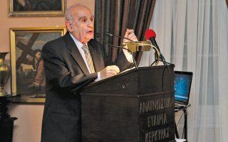 Ο κ. Γιάννης Πιέρης, ο πρόεδρος της Αναγνωστικής Εταιρείας Κερκύρας, ιστορικός και συγγραφέας, σε ομιλία του στο βάθρο της Αναγνωστικής.