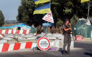 Τις οδικές προσβάσεις προς τη Μαριούπολη έχουν αποκλείσει δυνάμεις του ουκρανικού στρατού, εν αναμονή επίθεσης των αυτονομιστών.