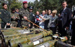 Αξιωματούχος του ουκρανικού υπουργείου Αμυνας δείχνει όπλα, τα οποία ισχυρίζεται πως έχουν κατασκευαστεί στη Ρωσία και βρέθηκαν στα χέρια αυτονομιστών στην Ανατολική Ουκρανία.