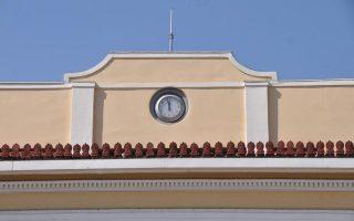 Το εμβληματικό ρολόι βρίσκεται εδώ και δεκαετίες τοποθετημένο στην κορυφή του σταθμού στο Μοναστηράκι.