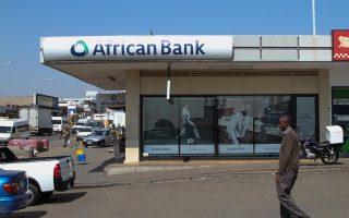Η African Bank Investments δάνειζε τους φτωχότερους χωρίς κανένα ενέχυρο, δηλαδή καμία εξασφάλιση. Οπως συνέβη και με τις αμερικανικές τράπεζες παλαιότερα, υπερεκτίμησε τη δυνατότητα των πελατών της να αποπληρώσουν τα δάνειά τους εάν χειροτέρευαν οι συνθήκες στην οικονομία. Στις 6 Αυγούστου η τράπεζα ανακοίνωσε ζημίες ρεκόρ 790 εκατ. δολ. Τέσσερις ημέρες μετά παρενέβη η κεντρική τράπεζα της Ν. Αφρικής για να σώσει ό,τι είχε απομείνει.