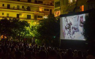 Τρίτη βράδυ, εκκίνηση για το Dourgouti Island Hotel: από την ανοιχτή προβολή της ταινίας του Νίκου Κούνδουρου «Μαγική Πόλις» στην κεντρική πλατεία, σε παραγωγή του 3ου Athens Open Air Film Festival.