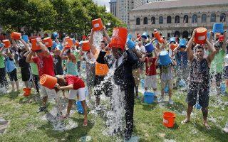 Ομαδικό μπουγέλωμα στο πλαίσιο του «Ice-bucket challenge», της τελευταίας μόδας-εκστρατείας που κατέκλυσε το Διαδίκτυο.
