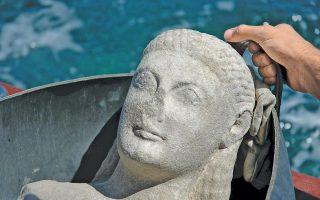Κούρος που βρέθηκε σε ανασκαφή στο Δεσποτικό, παρθένο νησάκι δίπλα στην Αντίπαρο. Κάτω, μακέτα του ιερού όπως πρέπει να ήταν στην εποχή του.