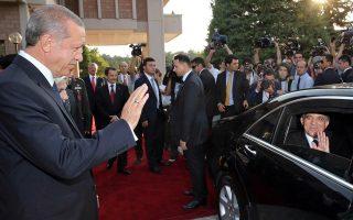 Ο Ρετζέπ Ταγίπ Ερντογάν αποχαιρετά τον προκάτοχό του στην προεδρία Αμπντουλάχ Γκιουλ έξω από το Προεδρικό Μέγαρο.  Η αποχώρηση Γκιουλ αφαίρεσε ένα στοιχείο μετριοπάθειας από τους θεσμούς διακυβέρνησης.