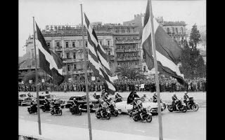 17 Απριλίου 1957. Ο Μακάριος και οι συνεξόριστοι στις Σεϋχέλλες φτάνουν μέσα σε πανηγυρική υποδοχή στην Αθήνα.