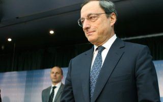 Ο πρόεδρος της Ευρωπαϊκής Κεντρικής Τράπεζας κ. Μάριο Ντράγκι δέχεται όλο και περισσότερες πιέσεις να χαλαρώσει τη νομισματική πολιτική της Ευρωζώνης. Οι πιέσεις δεν προέρχονται μόνο από τη Γαλλία και την Ιταλία που ζητούν ασθενέστερο ευρώ, αλλά και από τα ίδια τα γεγονότα, αφού ο πληθωρισμός τον Αύγουστο διαμορφώθηκε μόλις στο 0,3%, δηλαδή στο χαμηλότερο επίπεδο των τελευταίων πέντε ετών.