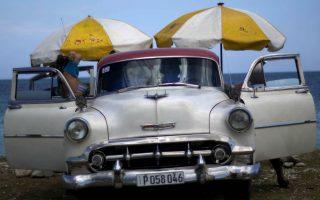 Τα μπάνια του λαού. Κάποιοι έχουν την τύχη να έχουν κάποια από τα χιλιοεπισκευασμένα αμερικανικά αυτοκίνητα του 50', όλοι οι άλλοι βασίζονται στα   μισθωμένα λεωφορεία  για να ταξιδέψουν καθημερινά,  και περισσότερο τα Σαββατοκύριακα, στις κοντινές παραλίες της Αβάνας για τα καθιερωμένα θαλάσσια μπάνια τους. Ιδιαίτερα φέτος, που η Κούβα έζησε ένα από τα πιο ζεστά καλοκαίρια της, με τον Ιούλιο να ανήκει στους τρεις πιο ζεστούς από το 1951, όπως ανακοίνωσε το Μετεωρολογικό Ινστιτούτο της Κούβας. (AP Photo/Ramon Espinosa)