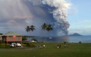 Κακά μαντάτα σε ειδυλλιακό τοπίο. Βράχους, στάχτη και λάβα άρχισε να ξερνάει το ηφαίστειο Tavuryur στην ανατολική Παπούα- Νέα Γουινέα, αναγκάζοντας στους κατοίκους της περιοχής να το εγκαταλείψουν. Δεν είναι η πρώτη φορά που το ηφαίστειο κάνει την ζωή των κατοίκων πραγματικά μαύρη σκεπάζοντας τα πάντα με στάχτη. Το γεγονός είχε επαναληφθεί το 1994 όταν μαζί με το ηφαίστειο Vulcan είχαν καταστρέψει την πόλη Rabaul. AFP PHOTO/Joyce LESSIMANUAJA