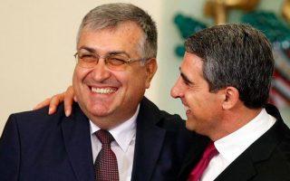 Ο πρόεδρος της Βουλγαρίας Ρόσεν Πλέβνελιεφ (Δ) και ο νέος υπηρεσιακός πρωθυπουργός Γκεόργκι Μπλιζνάσκι (Α).