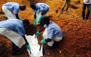 Εθελοντές ενταφιάζουν θύματα του ιού ebola στη Σιέρα Λεόνε (Tarik Jasarevic/Handout via Reuters).