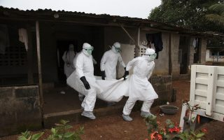 epa04343526 Liberian nurses carry the body of an Ebola victim from a house for burial in the Banjor Community on the outskirts of Monrovia, Liberia 06 August 2014. According to statistics from the World Health Organisation (WHO) 932 patients have died from Ebola in West Africa with most of the latest deaths reported in Liberia. WHO officials are meeting in Geneva to discuss the global implications and response to the outbreak. In Nigeria a second person a nurse who treated an Ebola patient has died.  EPA/AHMED JALLANZO