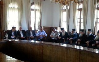 Ο Πρόεδρος του ΣΥΡΙΖΑ, Αλέξης Τσίπρας, συνομιλεί με μοναχούς κατά τη διάρκεια διήμερης επίσκεψής του στο Άγιον Όρος.