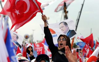 epa04339927 Female supporters of Turkish Prime Minister Erdogan shout slogans during an election campaign meeting in Istanbul, Turkey, 03 August 2014. The Turkish presidential election is scheduled for 10 August 2014.  EPA/SEDAT SUNA